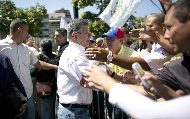 Foto: EFE / National Assembly's President Henry Ramos Allup, center, greets supporters during a rally commemorating the anniversary of the 1958 coup that ousted dictator Marcos Perez Jimenez, in Caracas, Venezuela, Saturday, Jan. 23, 2016. (AP Photo/Ariana Cubillos)