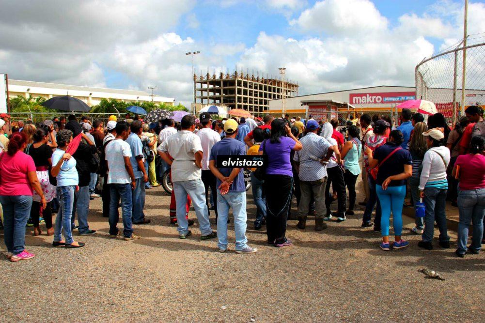 Frustrados: Cientos de personas quedaron sin comprar Harina PAN en Makro El Tigre