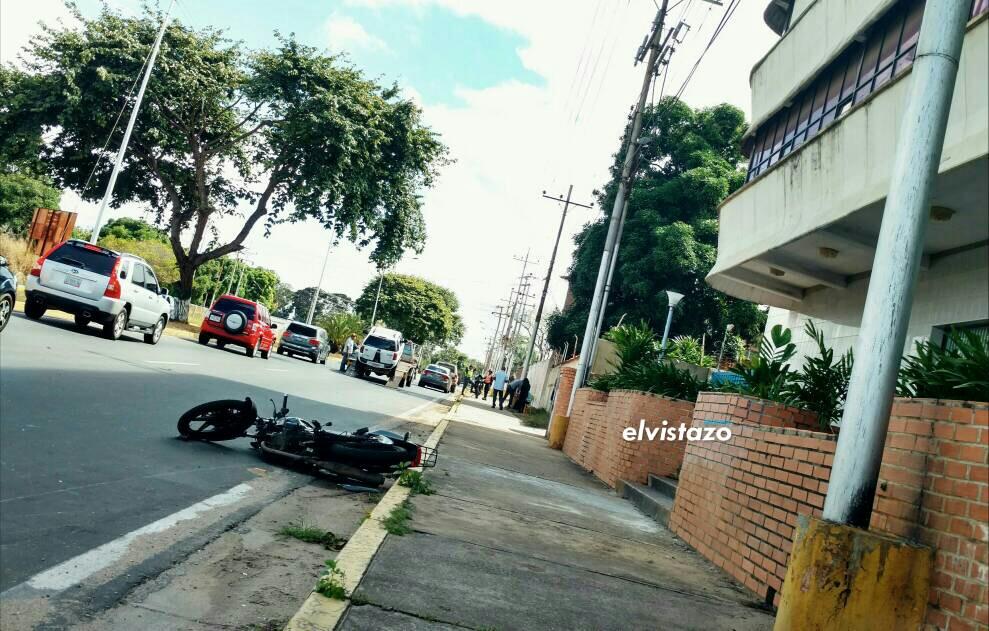 Accidente frente al Pelfer dejó un motorizado lesionado