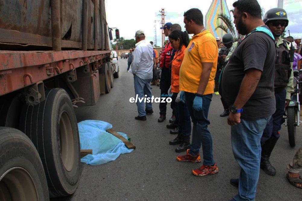 Motorizada murió al estrellarse contra gandola de chatarra frente al monumento La Botella