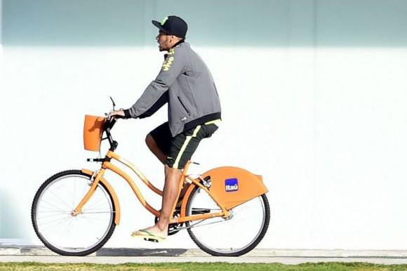 DE VUELTA: Neymar dio paseo en bicicleta