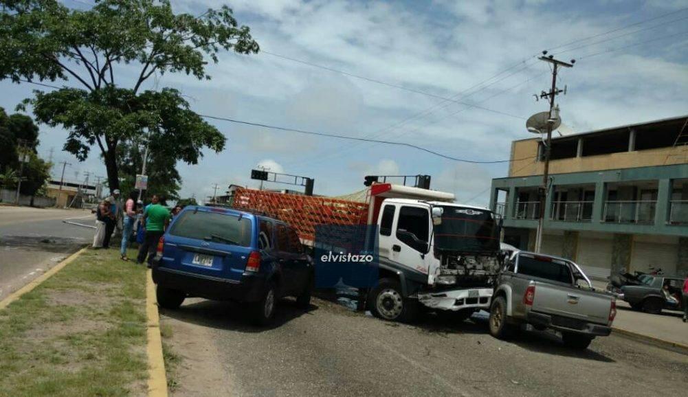 VIDEO: Triple colisión de vehículos frente al antiguo Emperador deja varios heridos