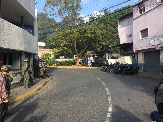 Confirman la detención de 14 militares sublevados contra Maduro en Caracas