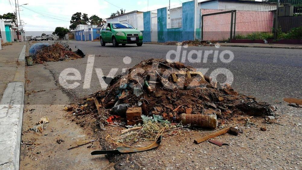 RIESGO: Una semana cumplen los montículos de desechos en los corredores viales