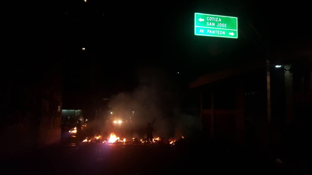 Protestas nocturnas contra el Gobierno en Catia, El Valle, Cota Mil y Fuerzas Armadas