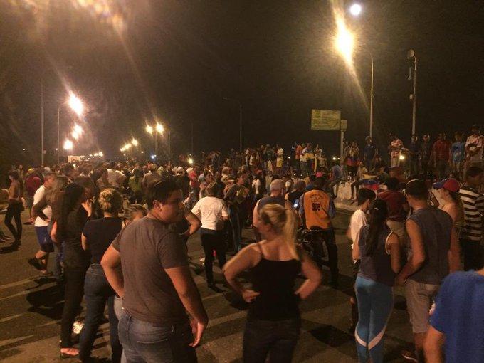 GNB no puede detener a los venezolanos que abren paso a la caravana de diputados