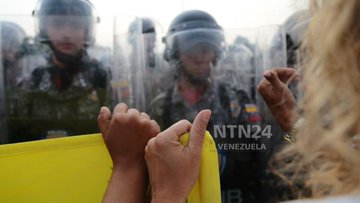 VIDEOS: Funcionarios GNB se bajaron de tanquetas en la frontera y desertaron
